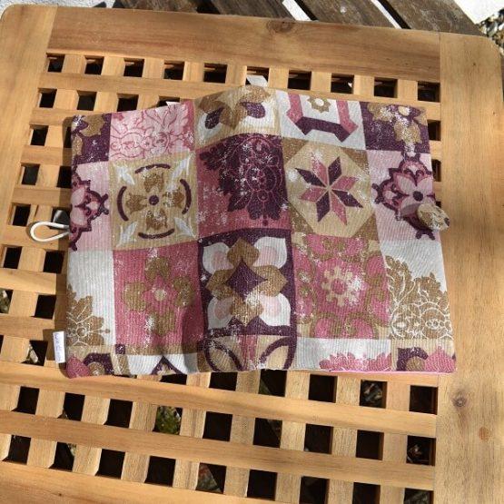 подвързия за книга в розово и бордо разгърната отвън