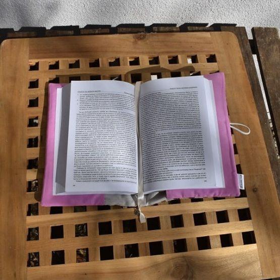 подвързия за книга в розово и бордо разгърната отвътре с книга