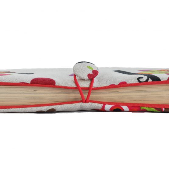 Подвързията за книга Бухали се закопчава посредством ластиче и копче