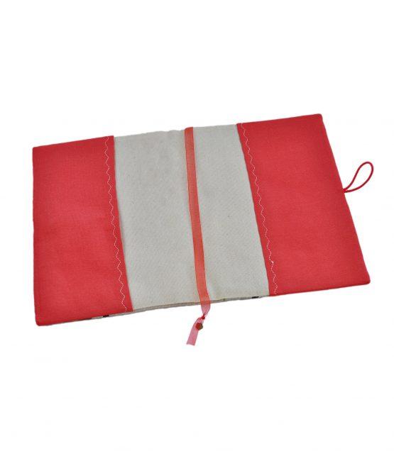 Подвързията за книги Бухали отвътре е с червени страници и червен разделител за отбелязване