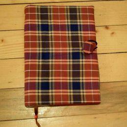 Карирана - луксозна подвързия за книгачервено с тъно синьо, подходяща е и за мъже