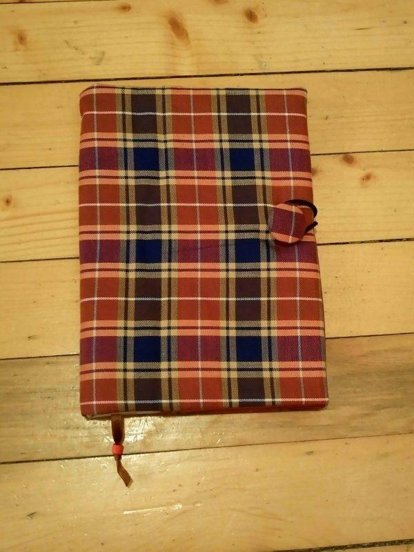 Карирана луксозна подвързия за книга червено с тъно синьо, подходяща е и за мъже