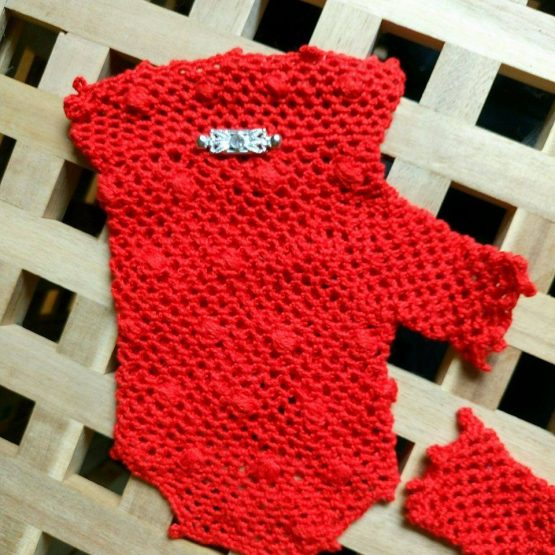 дамски ръкавици в червено с красив орнамент