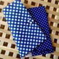 Подвързия за книга в тъмно синьио на бели точки с бежов гръб отвътре и тъмносини страници на бели точки, с копче и разделител за страниците