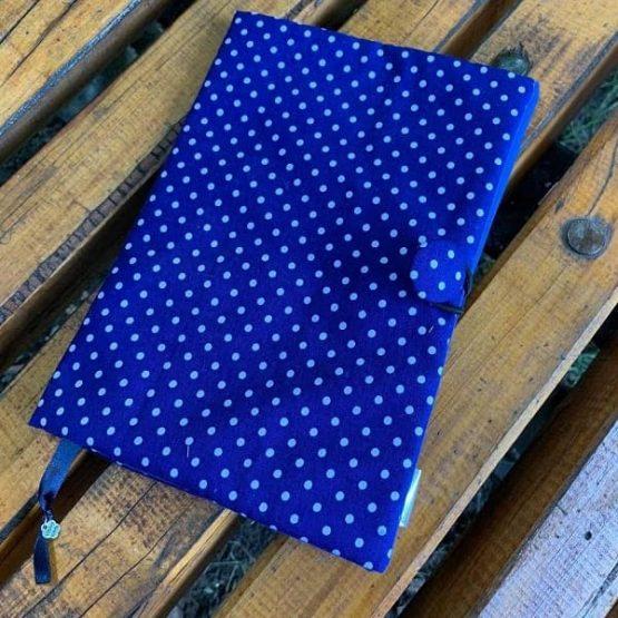 Точици - подвързия за книга в синьо на бели точки