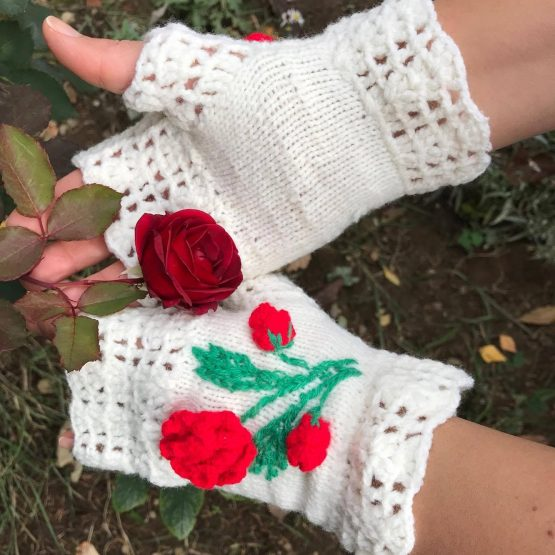 "ръкавици без пръсти плетени ""Розичка"" с красива декоративна роза избродирана на една кука"