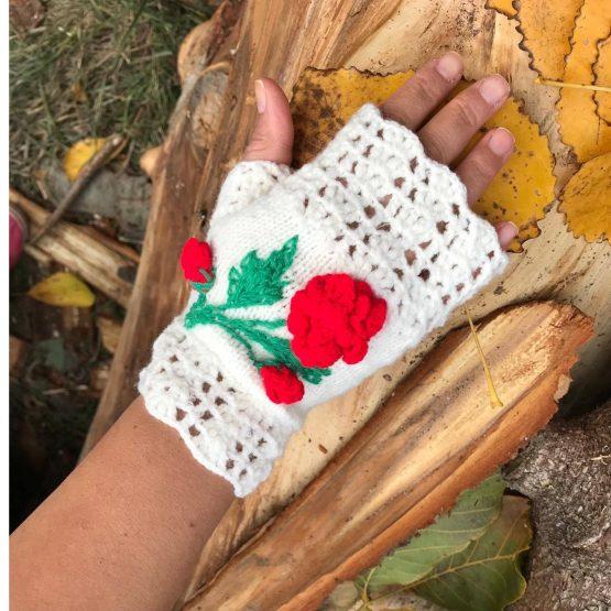 Бели ръкавици без пръсти плетени с червена розичка, изплетена на една кука