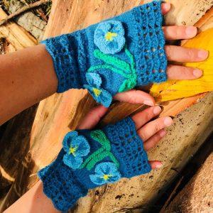 Т'ркоазени ръкваички с красиви сини цветенца - теменужки