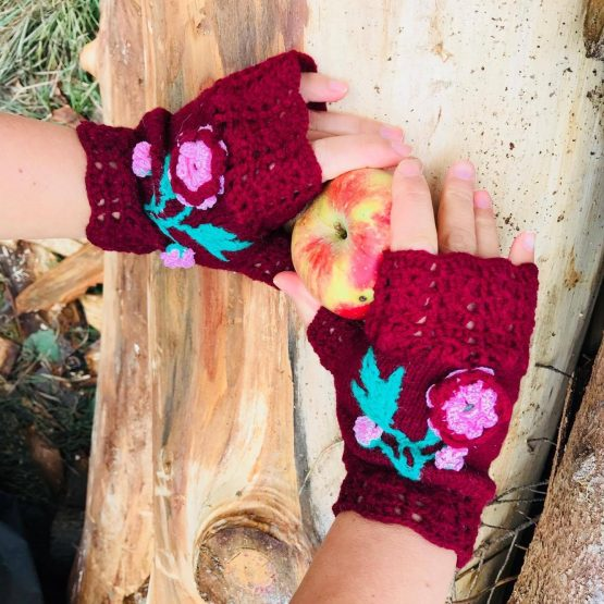 дамски ръкавици София с декоративно цвете изплетено на една кука