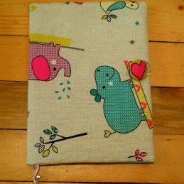 детска подвързия за книга Хипо със цветни хипопотамчета и жирафи