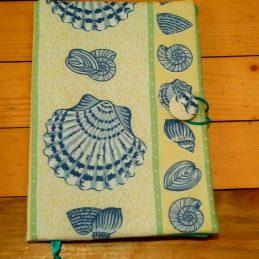 Подвързия за книга от исококачествен текстил - с красиви елементи от морското дъно - мидички, рапани и така нататък