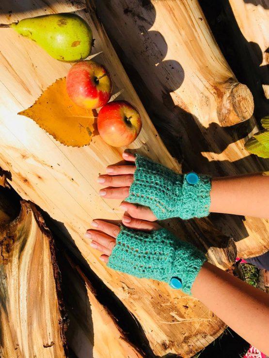 ръчно плетени ръкавици без пръсти в зелено - подходящи за работа със тъч дисплеи