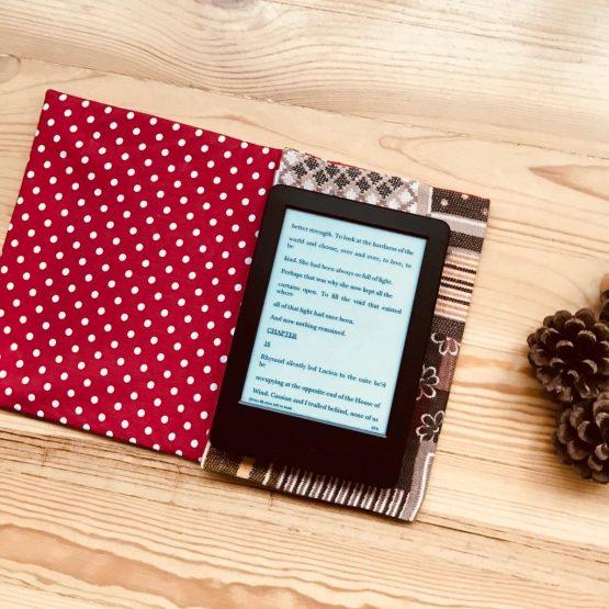 кейс за таблет - изглед от вътре, подплатен с красив червен памучен плат на бели точици