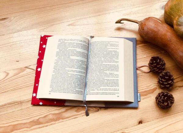 подвързия за книга Бяла Коледа е красива и от вътре - с разделител и висулка за страницте