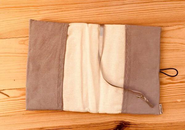 дрехи за книга кабинки отвътре са със сиви страници и разделител за страниците