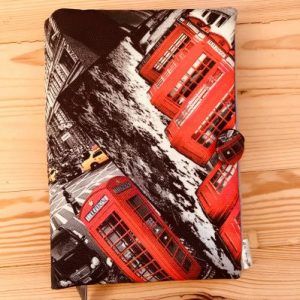 дрехи за книга Кабинки са с уникалне мотив на червените лондонски телефонни кабини