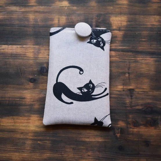 калъф за смартфон Маци закопчан с копче