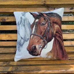 възглавница с кафяв кон