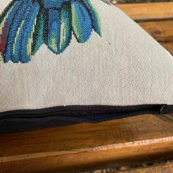 Декоративни възглавници с папагали отблизо